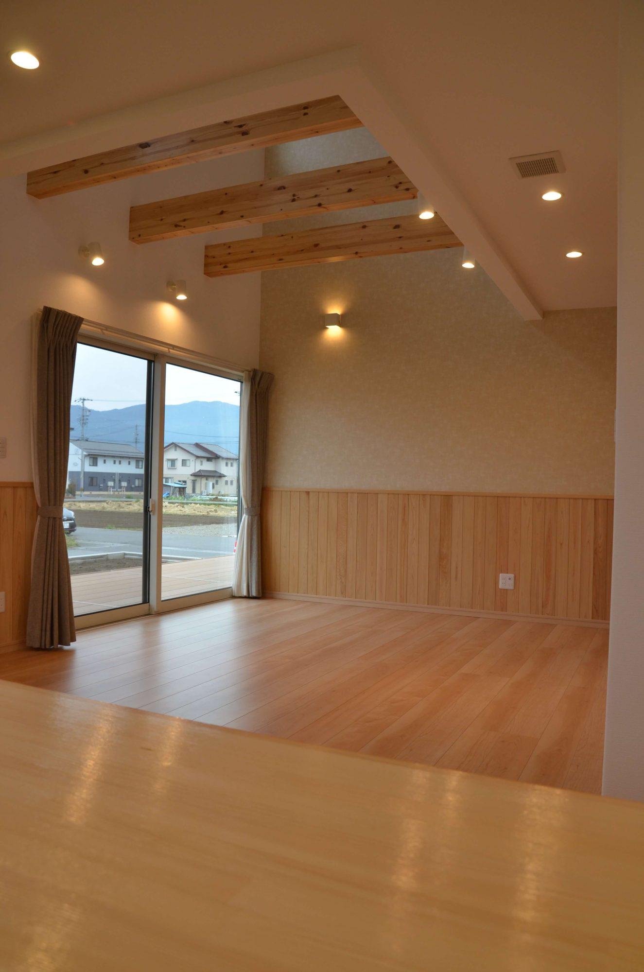 ダイニングも兼ねた小上がり畳スペースのある家